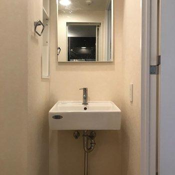 タオルは横の棚にしまえます。※写真は4階の反転間取り別部屋のものです