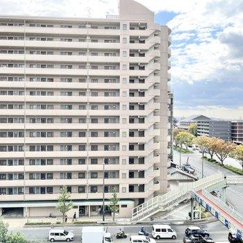 眺望はマンションと大通り。