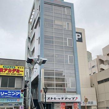 6階建てのマンション。