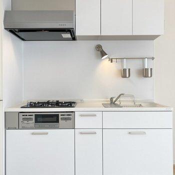 【LDK】ゆったりとしたキッチンは白くきれいにまとまっています。