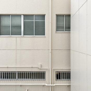 おとなりの建物が目の前に。
