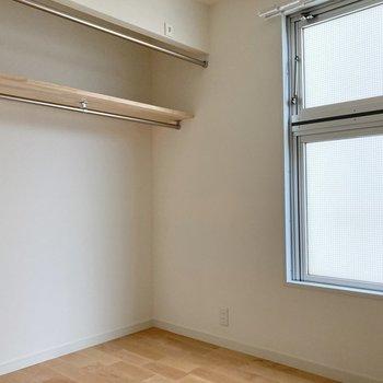 【洋室】オープン収納になっています。