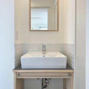清潔感のある洗面台、むき出し配管と木の相性がいいんです!