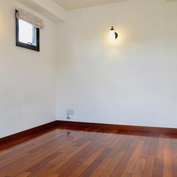 ワインレッドの床が素敵※写真は同間取り別部屋のもの