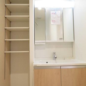 三面鏡の独立洗面台に横には棚が(※写真は2階の同間取り別部屋のものです)