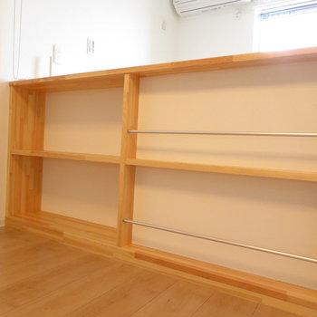 ここにはスピーカーや雑誌などを(※写真は2階の同間取り別部屋のものです)