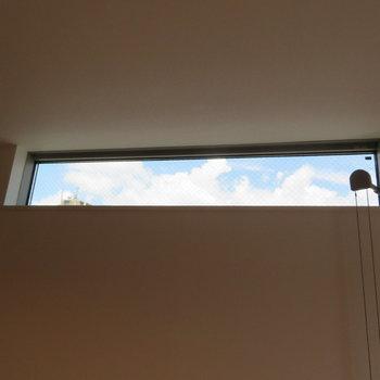 上に窓もあって明るいですよ(※写真は2階の同間取り別部屋のものです)