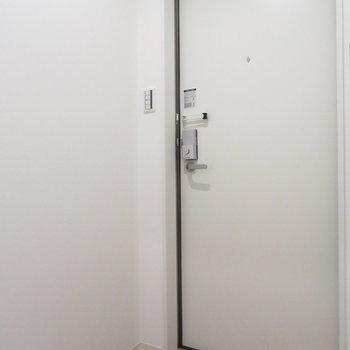 玄関は普通の広さです(※写真は2階の同間取り別部屋のものです)