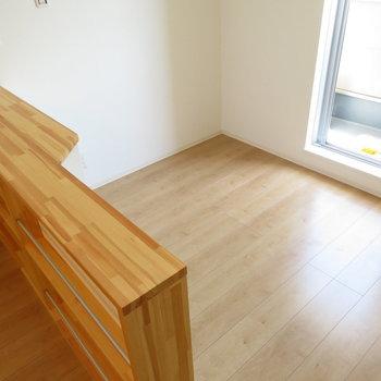 窓辺にはベッドをどうぞ。セミダブル以下がちょうど良いですね(※写真は2階の同間取り別部屋のものです)