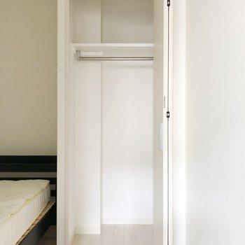 〈洋室〉クローゼットにはハンガー掛けられて便利ですね。(※写真は1階の反転間取り別部屋、前回募集時のものです)