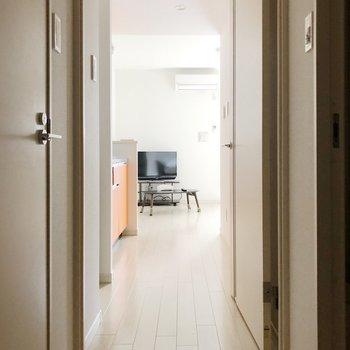 廊下を見ると奥行きがしっかりあるのがわかりますね。(※写真は1階の反転間取り別部屋、前回募集時のものです)