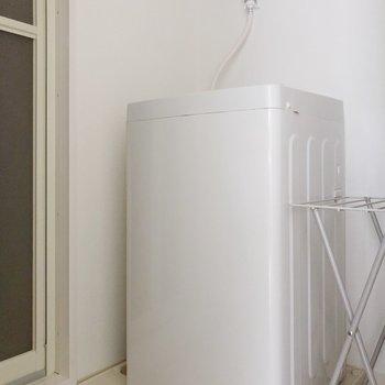 洗濯機置き場も脱衣所にありますよ。(※写真は1階の反転間取り別部屋、前回募集時のものです)