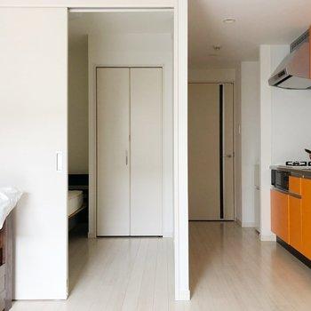 〈リビング〉扉を開けると洋室がチラリ。(※写真は1階の反転間取り別部屋、前回募集時のものです)