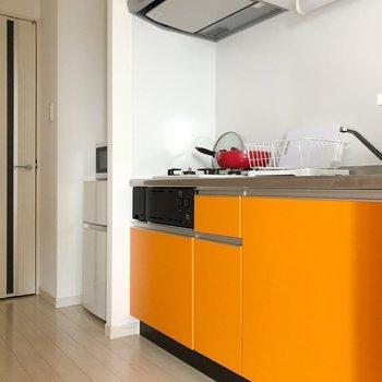 〈リビング〉料理するのが楽しくなりそうな明るいキッチン!(※写真は1階の反転間取り別部屋、前回募集時のものです)