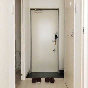 玄関にはシューズボックスがあります。(※写真は1階の反転間取り別部屋、前回募集時のものです)