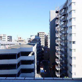 眺望は通り向いの建物と青空。