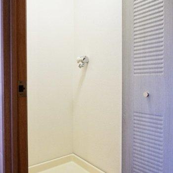 廊下に面した洗濯機置き場は扉付き。