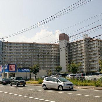 徳洲会病院横の大きな建物。コンビニもお隣に。