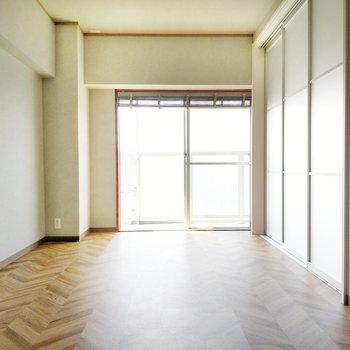 洋室も広々9帖。間仕切りは透明で閉めても開放感ありますね。