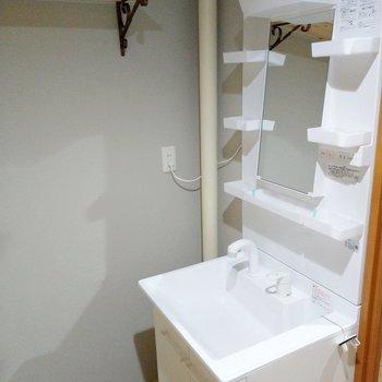 洗面台は鏡が少し前に出ているのでお化粧もしやすいです。上部棚がかわいい!
