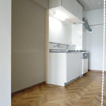 キッチン横には冷蔵庫やキッチン家電、シェルフも置けそう!