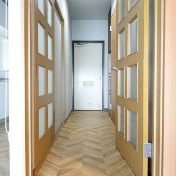廊下も広々。右の扉がサニタリー。