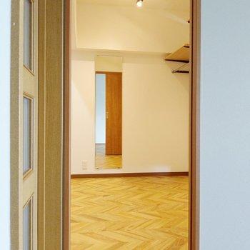 玄関横の扉はウォークインクローゼット!姿見&お洒落な照明付き。