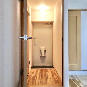 廊下へ続くドアを開けると、玄関が目の前に。