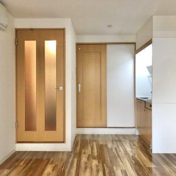 正面のドアはトイレに繋がっています。