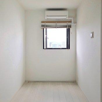 こちらにもエアコンが付いています。幅は180cmほどで大きなベッドも置けますよ。