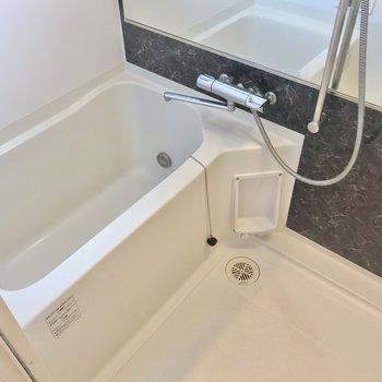 お風呂には横長の鏡。浴室乾燥機も付いていますよ。