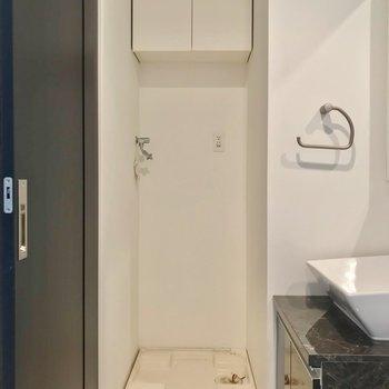 洗濯機置場の上には扉付きの収納。生活感を隠せます。