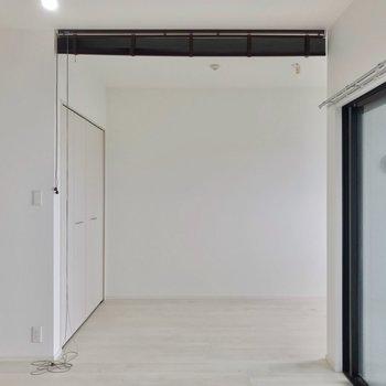 洋室はブラインドで仕切られるつくり。