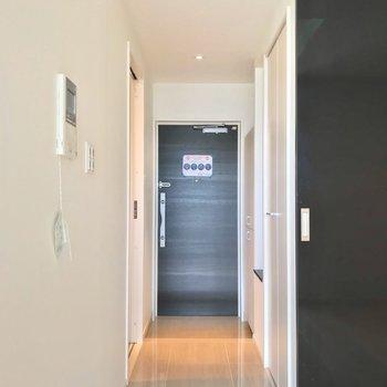 居室と廊下は黒い引き戸で仕切られますよ。