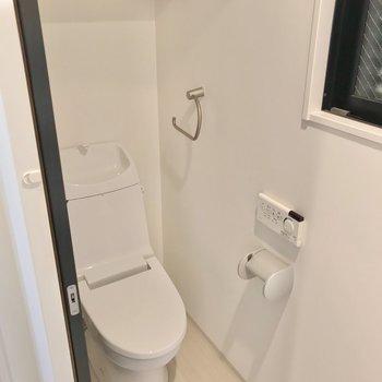 トイレは洗面台の隣に。ウォシュレット付きです。