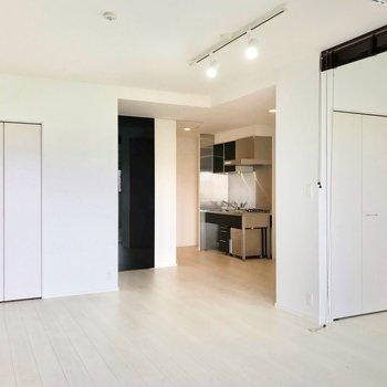 白く、明るく、開放感のある空間。