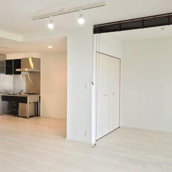 洋室の隣にキッチンスペースがあります。