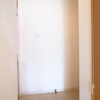 玄関ドアは右の陰にあります。