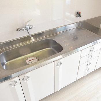 大きなキッチンです!水切りカゴを置けるスペースもあって使いやすい!