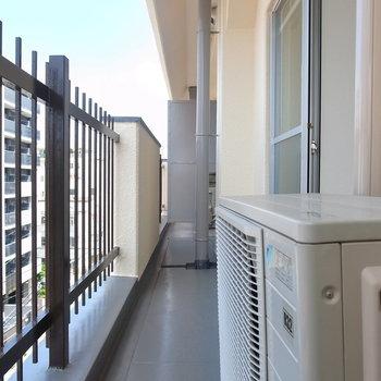 こちらはLDK〜洋室側。室外機や避難用器具が設置されているため、やや狭め。