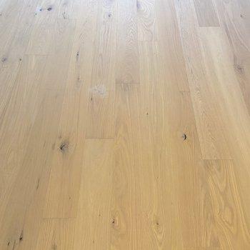 居室の床はシックなオークを使用します