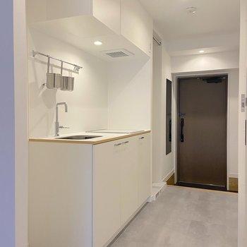 キッチン部分の廊下はクールなフロアタイルが入ります
