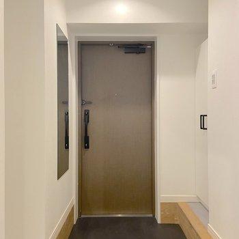 玄関扉は二重ロックで、セキュリティ面でも安心です
