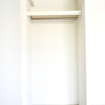 居室は見せ収納。突っ張り棒などを使ってカーテンで隠してもいいですね!