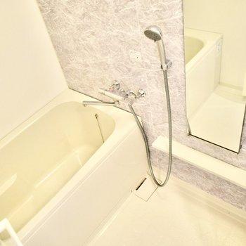 パープルカラーに癒されます。浴室乾燥機付き。