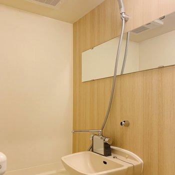 浴室乾燥・水栓・ミラーを新設!木目調のシートで清潔感もアップです。