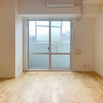白いお部屋と無垢床の相性バツグン◎