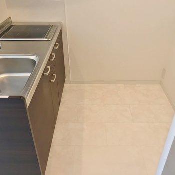 冷蔵庫やラックを置けるスペースもしっかり。
