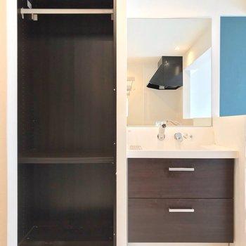 洗面台には大きな鏡付き。その隣はクローゼットで、身支度もしやすそうです。