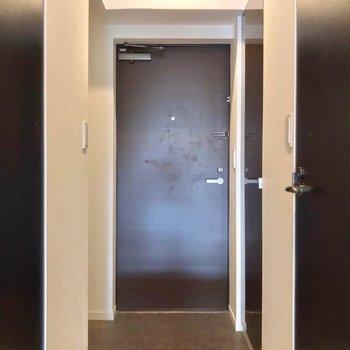 玄関の両サイドには収納があります。